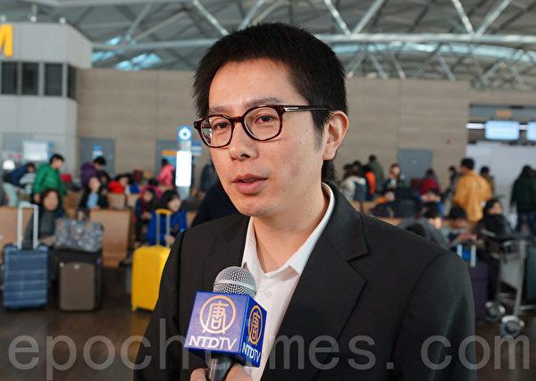 """神韵乐团指挥佐藤洋平在仁川机场接受记者采访时说:""""我们的乐团融入了一些中国的乐器,像是二胡、琵琶,结合了西方的乐器,这是神韵艺术团乐团最大的特点。""""(金国焕/大纪元)"""