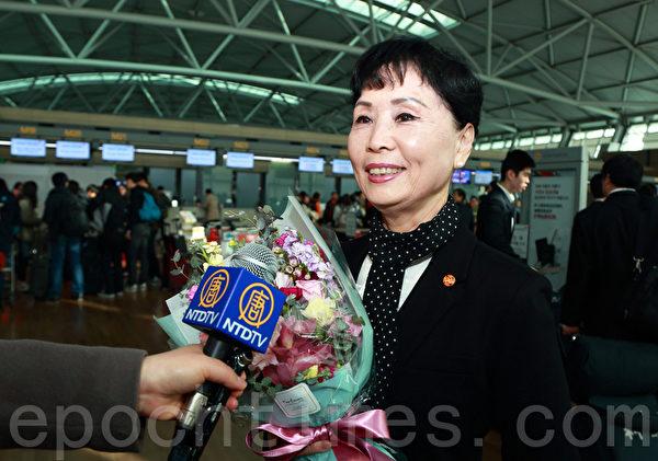 神韵国际艺术团团长在机场接受媒体采访时说,这次来韩国,觉得特别好。特别是大陆观众组团看演出,令人感动。(全宇/大纪元)