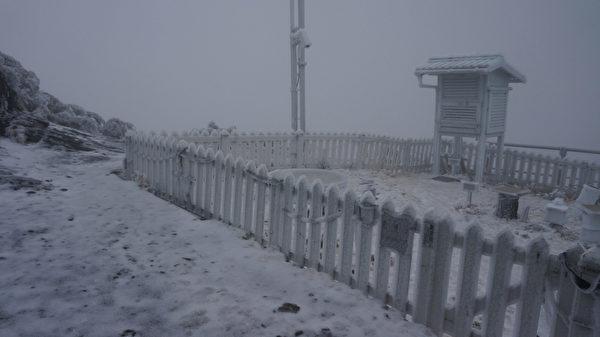 寒流来袭,玉山气象站于19日晚间8时到20日凌晨5时下雪14公分,加上之前未溶积雪,雪深超过20公分。(中央气象局提供)
