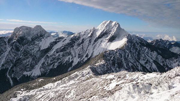 寒流发威,玉山19日入夜到20日凌晨降下大雪,积雪23至28公分,群山白了头。(玉管处巡山员萧玉山提供)