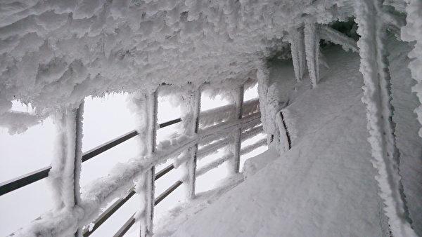 寒流发威,玉山19日深夜到20日凌晨降下大雪,积雪23至28公分,群山白头。图为玉山主峰风口段步道20日上午遭冰封情形。(玉管处巡山员萧玉山提供)