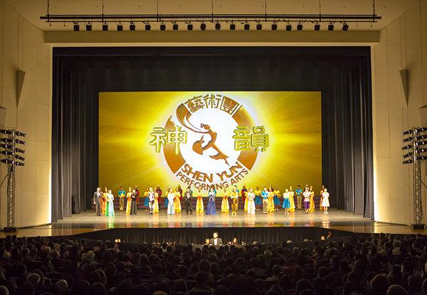 2014年神韵艺术团于台湾的第一场表演,甫于台南市立文化中心结束,现场座无虚席,观众鼓掌不断,向演员致意。(陈霆/大纪元)