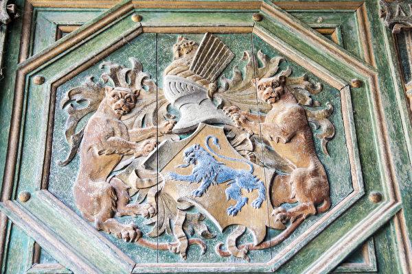 建於弗朗索瓦一世時期的木雕繪畫大門,上方是雪儂梭城堡創建人托馬斯•波耶(Thomas Bohier)的徽章。(Fotolia.com)