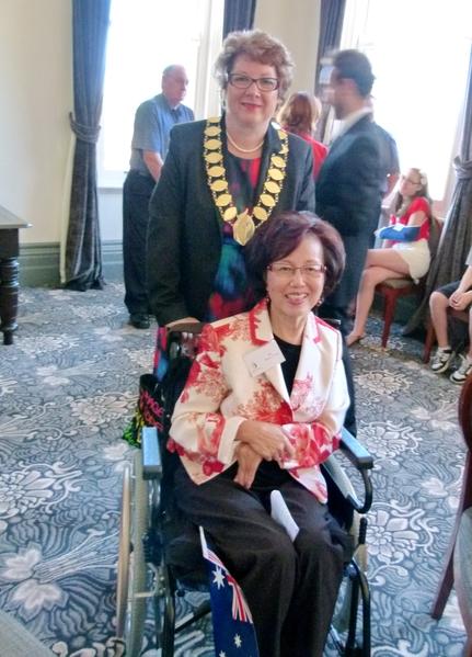 郑梁卿娇女士与Boroondara市市长罗斯女士在2014荣誉市民颁奖典礼上。(图片由本人提供)
