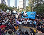 """在香港传媒界面对的却是前所未有的黑暗时刻,良心媒体频频遭到打压的时候,星期日气温回升,阳光普照,由香港记者协会发起的""""企硬反灭声""""游行,为香港创下历史新一页。6,000港人聚集在特首办和解放军营间,举行最大规模的传媒人撑新闻自由活动,显示港人对中共打压传媒的关注及担忧。(摄影:潘在殊/大纪元)"""