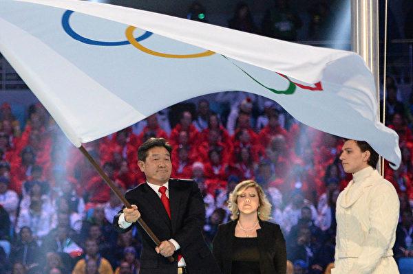 韓國平昌市市長李熙來接過五環旗。(AFP PHOTO / POOL / JUNG YEON-JE)