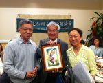 2月22日北加州台湾行销协会年会在顾问洪顺五博士的见证下,由现任会长 Betty Tsai交接给新任会长 Andy。(摄影:林秀璟/大纪元)