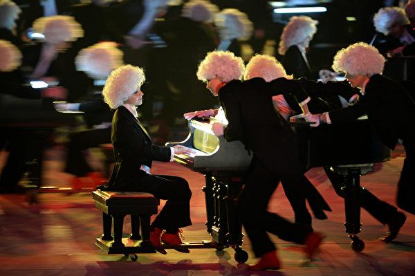 2013年2月23日,俄羅斯索契,冬奧會閉幕典禮展現了俄羅斯音樂、文學和舞蹈的藝術。鋼琴家馬蘇耶夫演奏了拉赫瑪尼諾夫的《第二鋼琴曲》。(PETER PARKS/AFP)