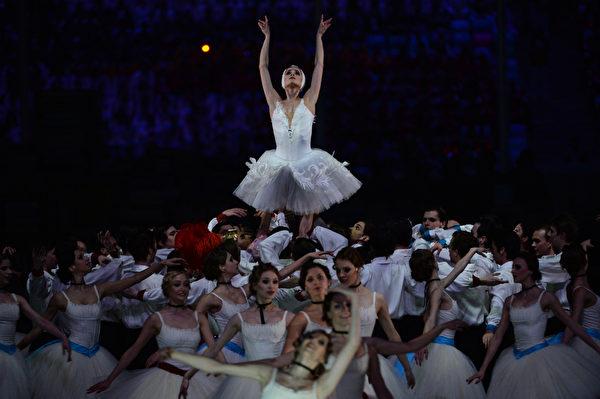 2013年2月23日,俄羅斯索契,冬奧會閉幕典禮展現了俄羅斯音樂、文學和舞蹈的藝術。圖為閉幕式上的芭蕾舞表演。(PETER PARKS/AFP)