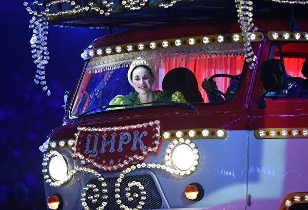 2013年2月23日,俄羅斯索契,冬奧會閉幕典禮展現了俄羅斯音樂、文學和舞蹈的藝術。(DAMIEN MEYER/AFP)