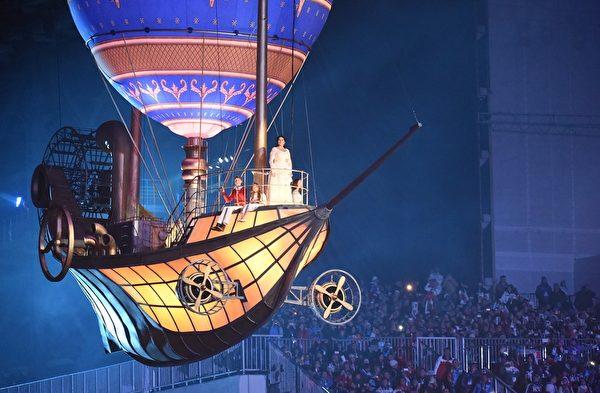 2013年2月23日,俄羅斯索契,冬奧會閉幕典禮以一艘巨船駛入作為開端,呈現出海洋世界的景象(DAMIEN MEYER/AFP)