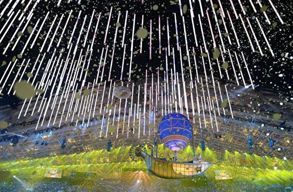 2013年2月23日,俄羅斯索契,冬奧會閉幕典禮展現了俄羅斯音樂、文學和舞蹈的藝術。圖為閉幕式的場景。(DAMIEN MEYER/AFP)