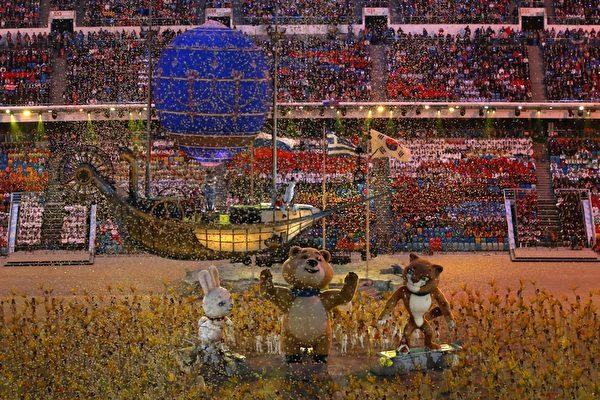 2013年2月23日,俄羅斯索契,冬奧會閉幕典禮最後的聖火熄滅儀式上,小熊、雪豹和小白兔三隻吉祥物成為了主人公。(ADRIAN DENNIS/AFP)