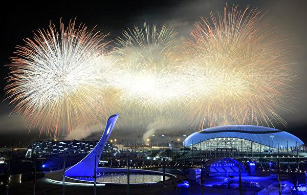 2013年2月23日,俄羅斯索契,冬奧會閉幕典禮最終,現場施放了絢麗的煙花。(ALEXANDER NEMENOV/AFP)