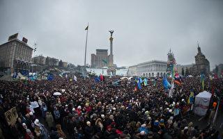 9日約7萬名烏克蘭人聚集獨立廣場,要求總統亞努科維奇下台。(MARTIN BUREAU/AFP)
