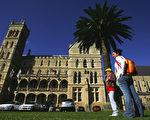 怎样才能确定你选择的大学与你所交的学费物有所值呢?有5项重要参考因素需要考虑。但评判最有价值大学永远不可能是一种绝对的评估,最终都要取决于个人的偏好和优先选择的事项。图为悉尼大学校园。(Sergio Dionisio/Getty Images)