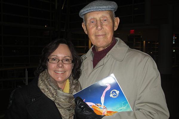 2月25日,接近95岁高龄老人John Bloom带着女儿SuzanneBloom观看神韵,共享快乐时光(王琼/大纪元)