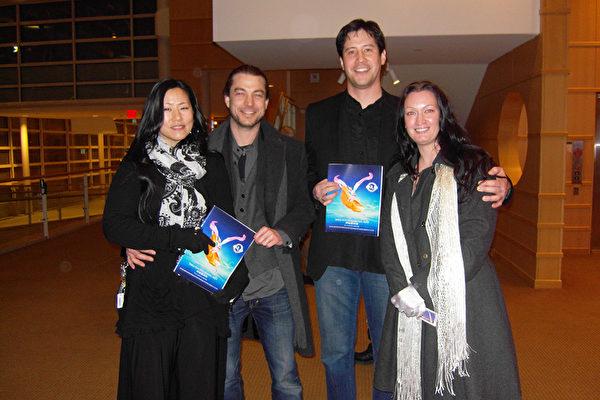(左起)Angel Vogt-Lowell,Rene Vogt-Lowell,Gary Hartman,Eva Hartman一起观看了2014年2月25日晚美国神韵巡回艺术团在美国俄亥俄州代顿的首场演出,他们表示神韵演出令人印象深刻。(陈虎/大纪元)