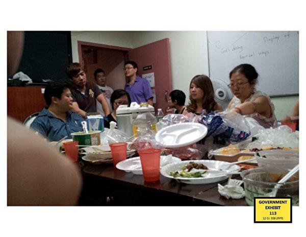 教会成员在台湾会馆(Taiwan Center)二楼的一个房间就餐,之后接受林丽英给他们有关基督教教义的培训。 (南区联邦检察官办公室提供)