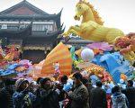 1月末长达一周的黄历新年照道理经济活动减少,出口转弱,经济学家怀疑中国公司在虚报出口发票,导致数字浮夸。图为1月30日上海过年气氛。(AFP)