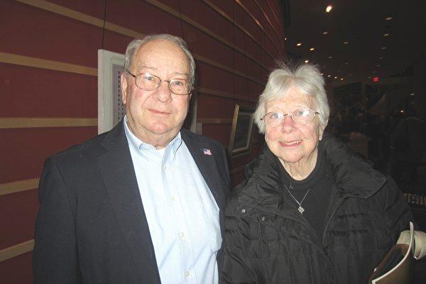 Dave Hufnagle先生是一家物业的经理,他和太太Sue一起来观看神韵演出,夫妇两人观后连连赞叹。(王琼/大纪元)