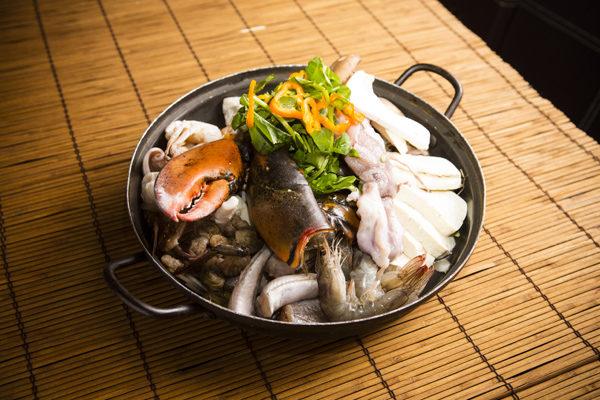 地道海鲜锅。(摄影:爱德华/大纪元)