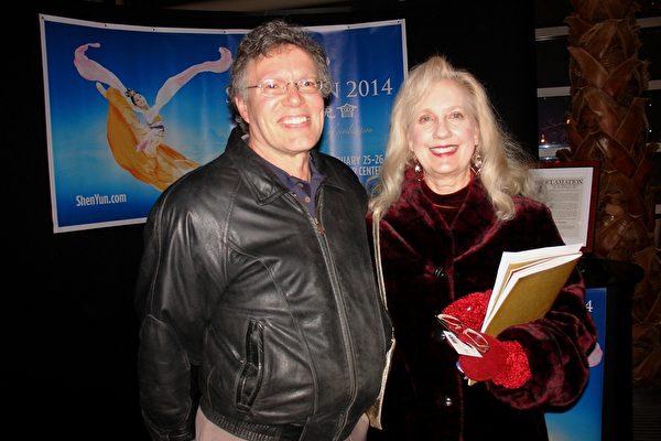 花样滑冰教练Patty Schwab和先生Kurt Schwab在观看演出后,称赞神韵的艺术境界不同凡响、令人难以企及。(尹婉/大纪元)