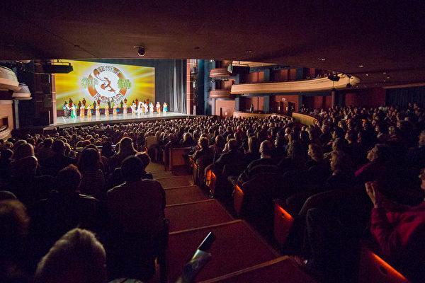 享誉全球的美国神韵巡回艺术团2014年在美国俄亥俄代顿的两场演出与2月26日晚圆满落下帷幕。神韵星期二(25日)在代顿市疏斯特艺术中心的首场演出满场后,今晚的演出再度满场。(陈虎/大纪元)