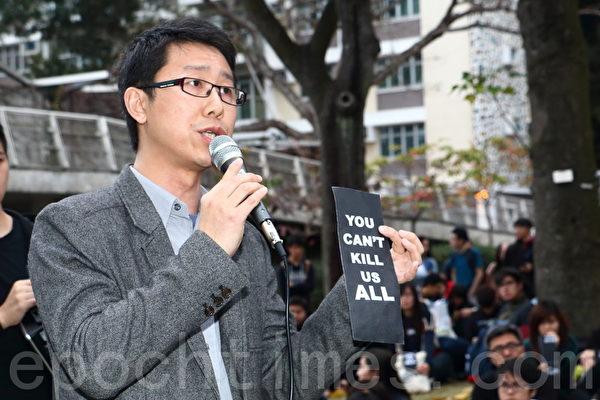 六百名中大新闻与传播学院师生,傍晚在校园的民主女神像前举行反暴力、捍卫新闻自由集会,他们都呼吁市民参加周日的反暴力游行。(蔡雯文/大纪元)