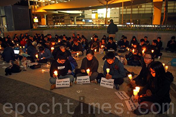 一批港大学生也在晚上七点于政府总部发起烛光集会,以静坐等方式声援刘进图。他们都呼吁市民参加周日的反暴力游行。(潘在殊/大纪元)