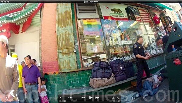 2012年6月10日,美国旧金山中共帮凶吴姓老汉(右)在中国城辱骂和殴打法轮功学员Derek Wong(中)。该老汉打人后假装昏倒,试图诬陷法轮功学员。(大纪元图片)