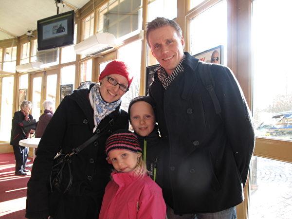 Biografcentralen劇院首席執行長(CEO)Jens Lanestrand先生與擔任健康理療師和營養諮詢師的太太Lina及兩個可愛的孩子一起觀賞神韻演出。(馬麗/大紀元)