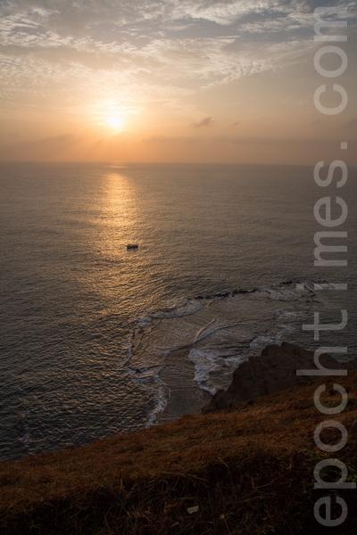 在七美,有很多地方适合拍日出及夕阳,此图是在小台湾所拍摄的日出。(庄孟翰/大纪元)