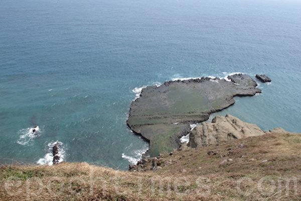 小台湾是七美两大特殊地形之一,附近多为海蚀平台,因与台湾本岛相似度极高,所以命名为小台湾。(施芝吟/大纪元)
