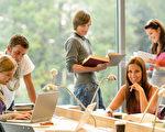 对于大多数学生来说,大学生活是交朋友、探索新城市和充分利用校园设施的时期。但如果你参加的是远程教学,你的起居室变成了教室,而在线聊天室则成为了学生的吧台。在线学习并不意味着被孤立在电脑屏幕之后——可以通过多种方法与同学和助教进行联系。(大纪元图片)
