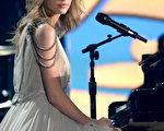 2014年1月26日格莱美颁奖礼,乡村小天后泰勒•斯威夫自弹自唱。(Kevork Djansezian/Getty Images)