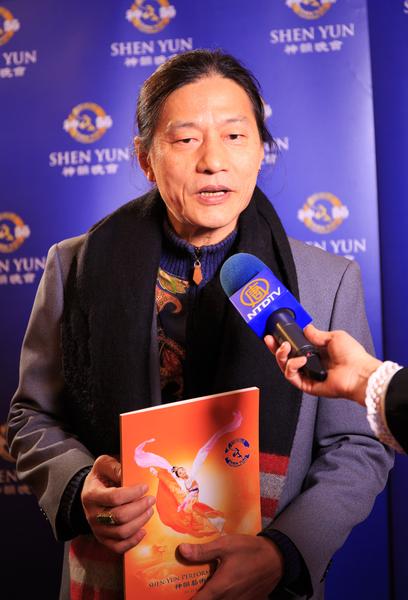 国际制琴名家蔡明助2月22日观赏神韵国际艺术团在台南文化中心的演出。(郑顺利/大纪元)