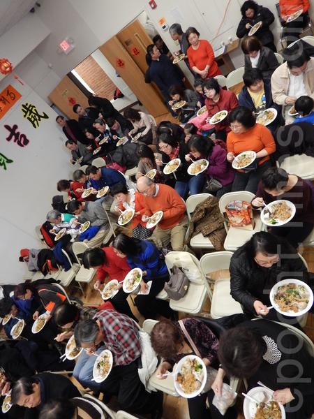 客家人一起過年吃家鄉美食。(楊天儀/大紀元)