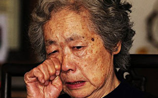 2009年4月7日,天安门母亲群体成员丁子霖在北京寓所接受采访时哭诉儿子在六四事件中被打死冤情。(法新社图片)