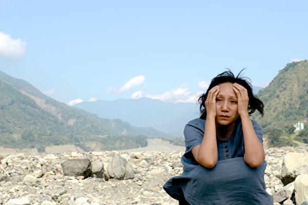 陸弈靜在《山豬溫泉》飾演失去丈夫的旅館老闆娘。(穀得電影提供)