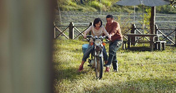 蔡振南在片中教陸弈靜騎車。(穀得電影提供)