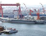 """辽宁号前身为前苏联海军瓦良格号,中共花费远超建造一艘新航母的巨资,耗时13年重装完成,2012年9月高调启动。但很快这艘""""山寨航母""""疑似引擎故障,不得不返回码头待修。(AFP)"""