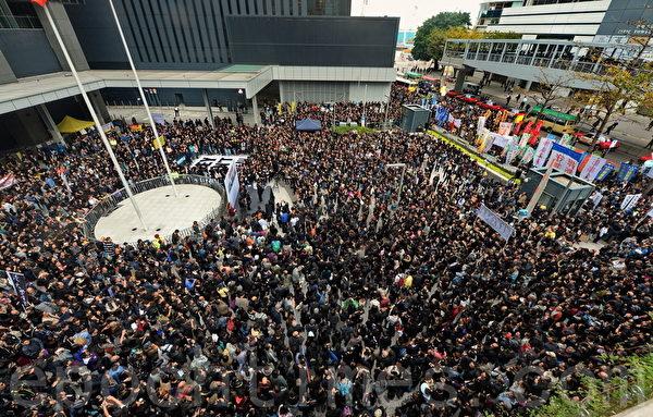 星期天由香港記者協會等5個新聞團體組成的新聞界反暴力聯席,再度發起反暴力遊行,要求盡快緝拿刺殺明報前總編劉進圖的幕後元兇,捍衛香港的新聞自由,共有1萬三千多名港人參加。(宋祥龍/大紀元)