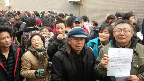 兩會在即,北京警察和地方截訪大軍在北京訪民較為集中的地方截訪和加強戒備。在京各地訪民依然在北京街頭巷尾打橫幅、表達反對司法腐敗、維護公民權利的心聲。(知情者提供)