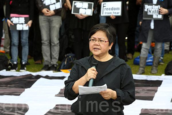 近五百位新聞工作者、民主及建制派立法會議員、市民、新聞系學生身穿黑衣3月2日在中午12點齊集在添馬公園草地,出席由記協舉行的「新聞界-企硬-反暴力-默站行動」,他們在一幅寫著「They can't kill us all」巨型橫幅上寫下對明報前總編輯劉進圖的祝福。他們放下手上的相機、筆記簿等採訪工具,默站五分鐘,以示對劉進圖先生遇襲的傷感、不滿,記協主席岑倚蘭宣讀聲明。(潘在殊/大紀元)