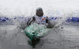 3月1日冬日的周末里,立陶宛南部城镇德鲁斯基宁凯的高山滑雪场中,举行了一场雪上独木舟比赛。场地发生了变化,激烈紧张程度依旧。(PETRAS MALUKAS/AFP)