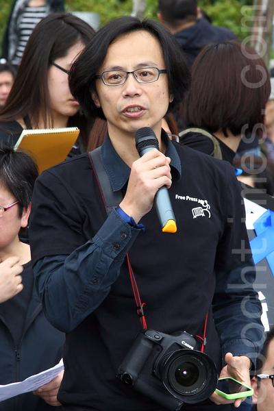 近五百位新聞工作者、民主及建制派立法會議員、市民、新聞系學生身穿黑衣3月2日在中午12點齊集在添馬公園草地,出席由記協舉行的「新聞界-企硬-反暴力-默站行動」,「明報員工關注組」成員郭慶輝在默站行動前發言,他說劉進圖遇襲,是本港新聞界最黑暗的一天。(潘在殊/大紀元)