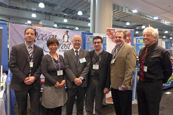 今年首次參展的海鮮進口及批發商Ocean Frost公司副總裁Marshall Weinstein(右二)與華人工作人員合影。(蔡溶/大紀元)