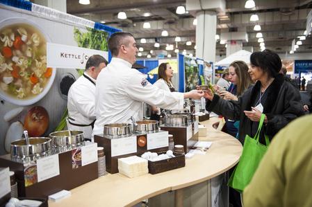 為期三天的「紐約國際餐館與餐飲展」3月2日在賈維茲會展中心(Jacob K. Javits Convention Center)開幕。廠商們帶來了自己最好的產品,觀眾可以現場品嚐各種美味。 (戴兵/大紀元)