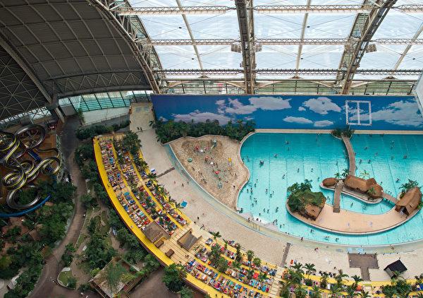 柏林热带岛屿度假村的游泳池和人造沙滩 (PATRICK PLEUL/DPA/AFP)